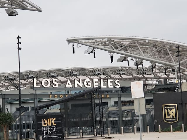 Onsite parking. Walk to Expo Center, USC, LAFC