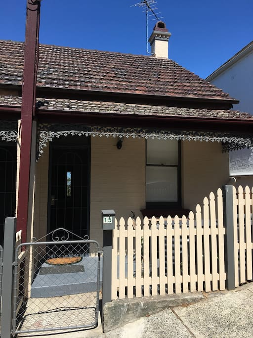 Victorian residence built in 1905 and historically listed. House is walking distance to Anderson Park Neutral Bay, Kirribilli cafes, Milsons Point train station and North Sydney CBD. Harbour bridge, Kirribilli village and Luna Park is a 5-10 min walk away.