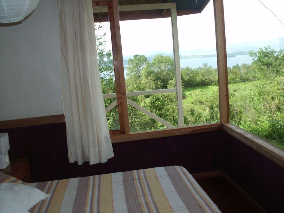 dormitorio con vista al lago y al volcan