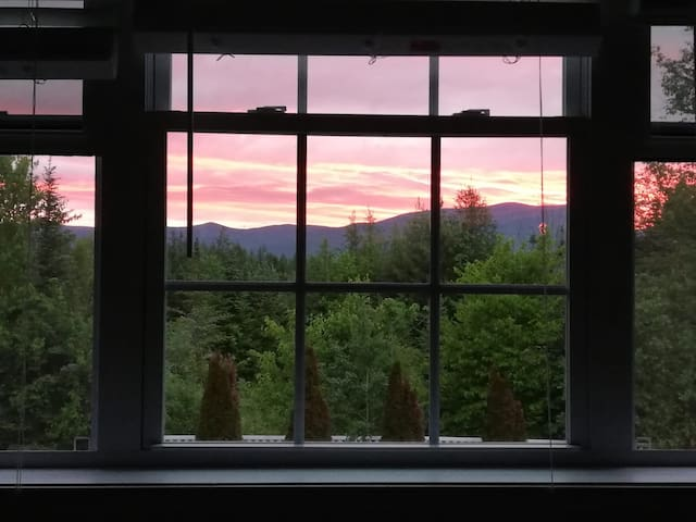 Guest Suite, Mountain Views-3min to Santas Village