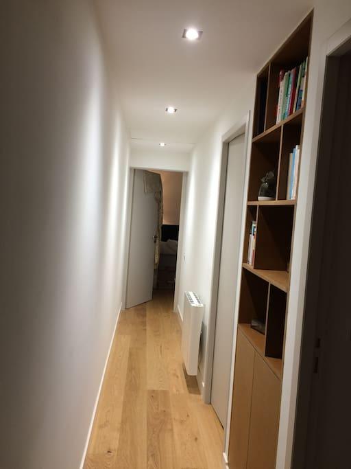 Couloir desservant les wc, la salle de bain et les chambres