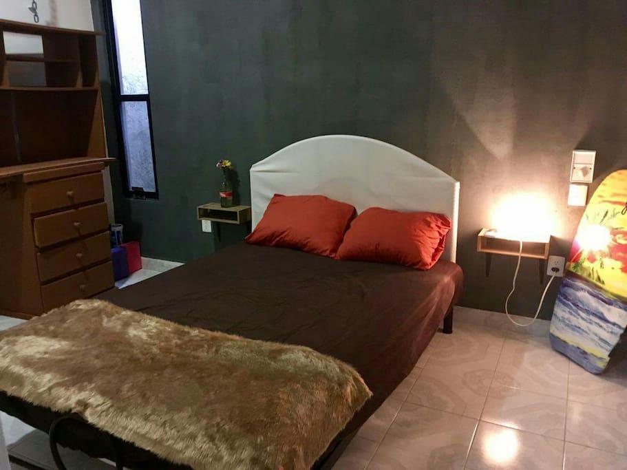 Amplias cajoneras y espacio para guardar tus cosas y te sientas como en tu hogar. El cuarto tiene aire acondicionado.