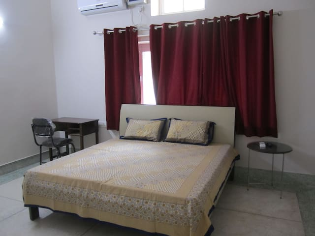 Homely stay in city center (1 large room set) - Dehradun - Casa
