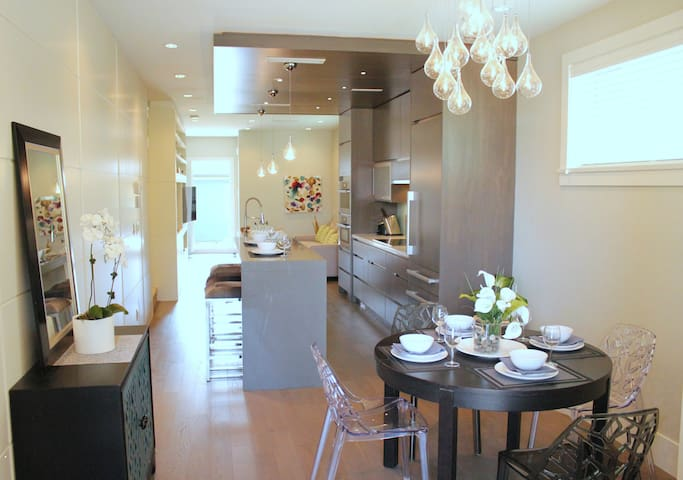 LUXURY MOUNTAIN VIEW 2BR House in Kitsilano!
