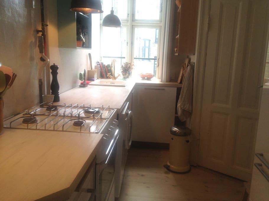 Køkken med køleskab, fryser, opvaskemaskine, vaskemaskine, tørreloft