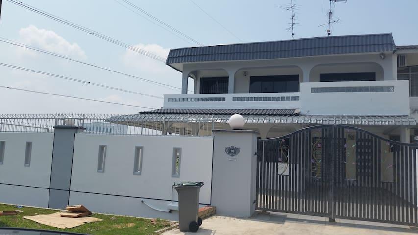 Double-storey Large Corner Terrace - Johor Bahru - Huis