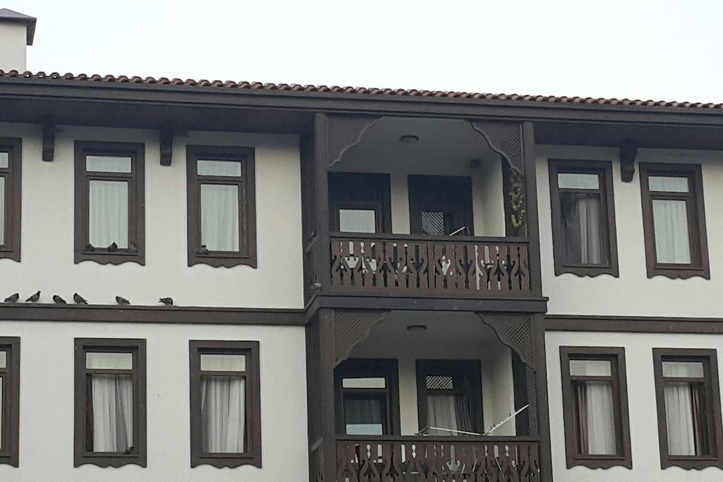 Üstteki daire. Balkon ve iki oda.