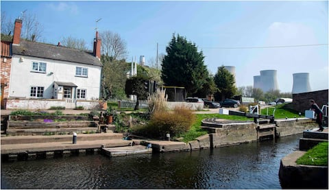 Quirky, Cosy Riverside Lockhouse near Parkway