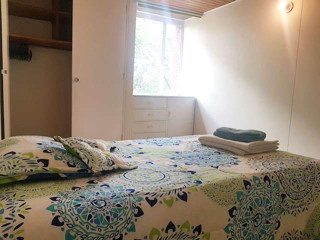Habitación en cómodo apto, cerca a la Zona Rosa.