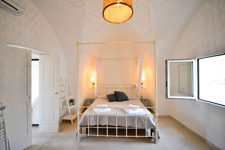 La bellissima camera matrimoniale, con soffitto a volta -  the stunning master bedroom with vaulted ceiling