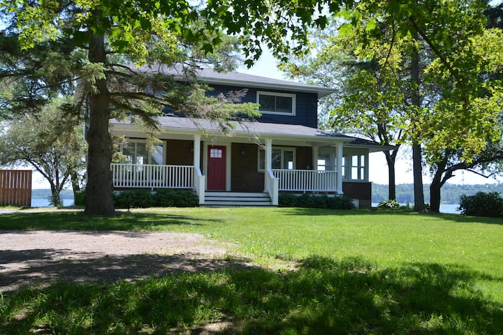 County Waterfront, Newly Renovated: Glenora House