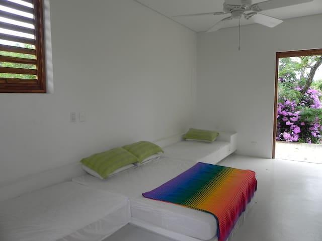 Segunda habitación en el segundo piso con una cama matrimonial y dos camas sencillas conjuntas, con su terraza privada y un lindo jardín colgante!