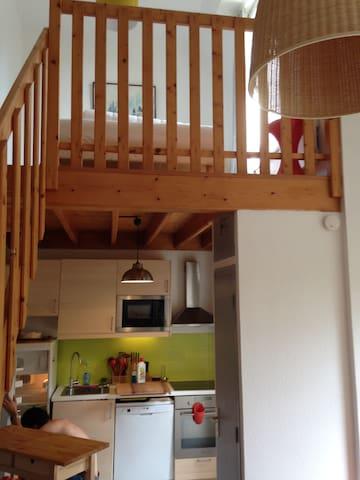 Cuisine et mezzanine (espace ouvert sur les chambres)