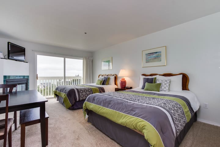 Upper-level studio with sweeping ocean views - dog-friendly!