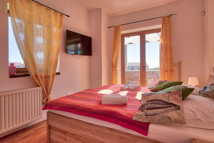 Bedroom 1 with exit to balcony / Schlafzimmer 1 mit Ausgang zum Balkon