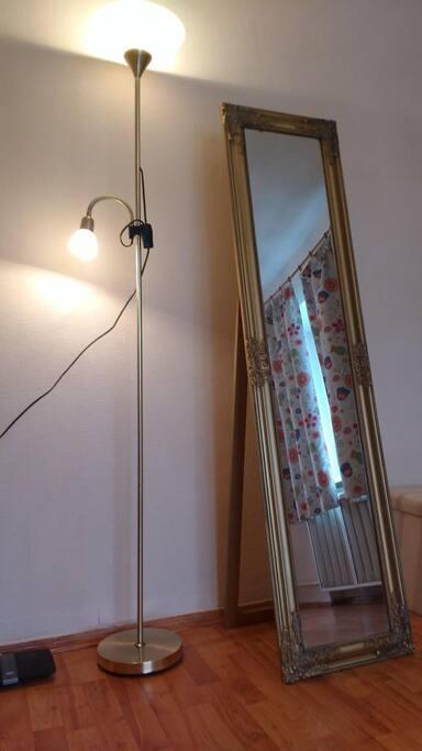 Гостиная: лампа, зеркало в полный рост