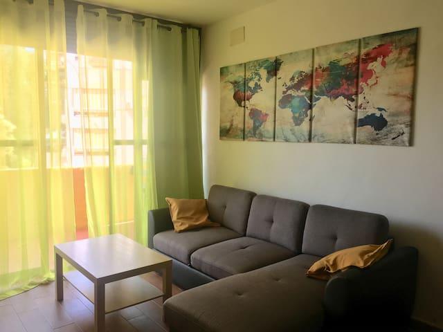 Amplio salón con sofá cama.
