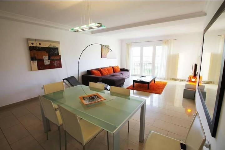 Apartamento con cuatro habitaciones y dos baños