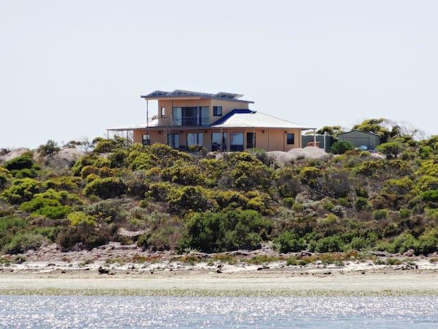 Dolphin Eco-Pet Friendly 5 bedrooms near Venus Bay