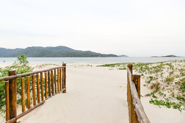 Praia do Sonho. Kitnet de frente para o mar 1