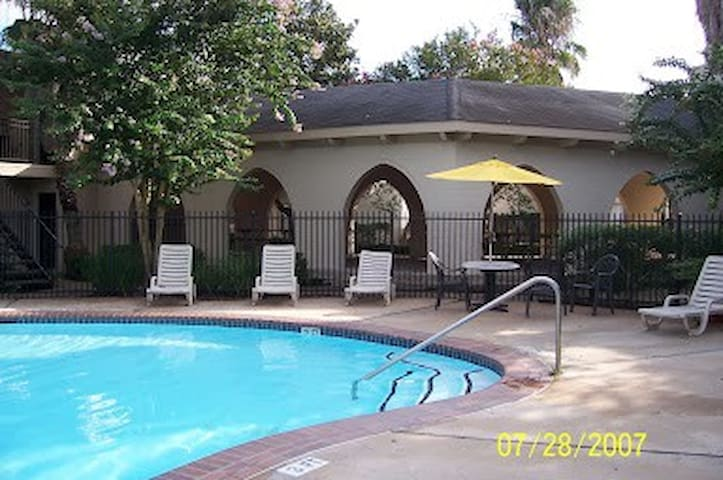 Cozy 1 bed apartment next to pool & Space Center