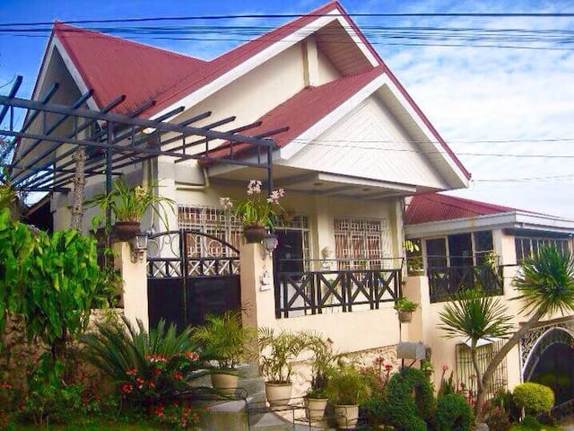 Francis' Home Transient House - Big Private Room - Baguio - Bed & Breakfast