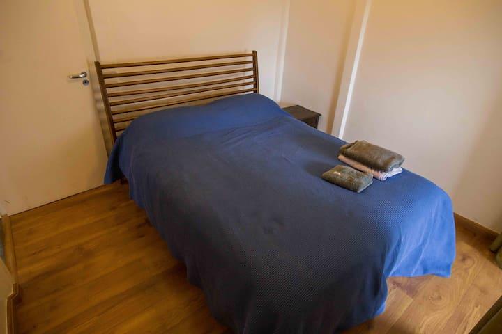 Primeiro quarto com cama de casal queen (com suíte e closet)