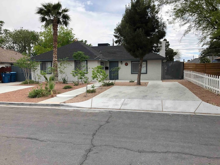 Beautiful Remodeled 4Bedroom Home 5 Min from Strip