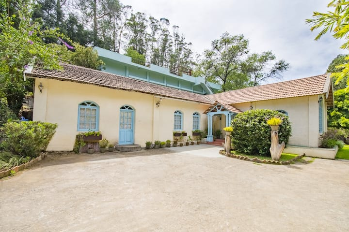 Vibrant Cottage Room for 3, 2.4 km from Ooty Lake