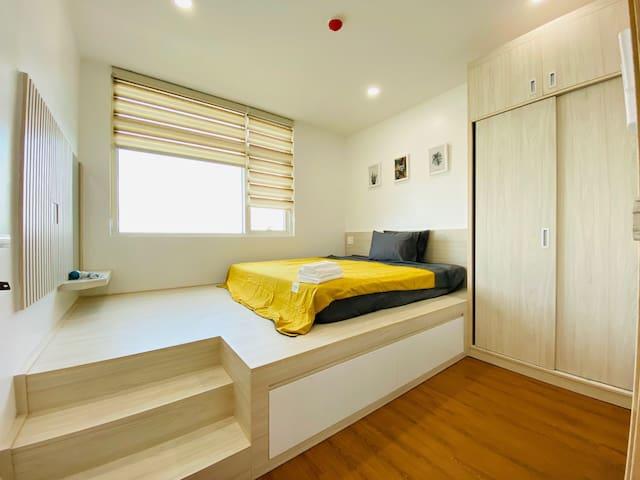 * Phòng ngủ lớn với vệ sinh khép kín.  * Bedroom includes bathroom.