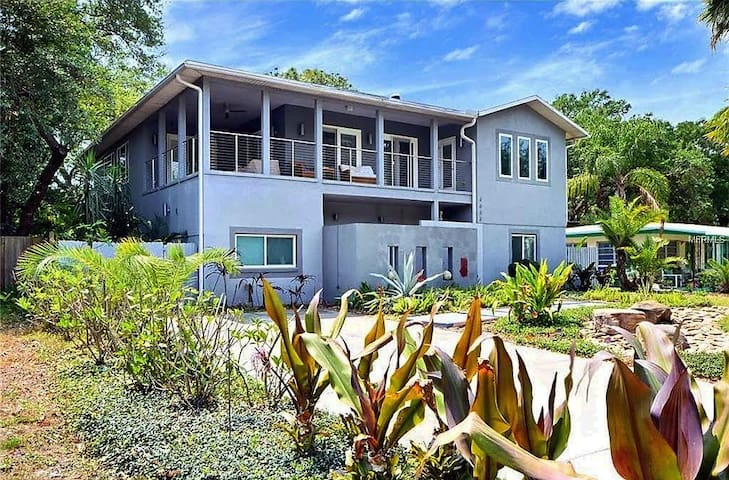 South Tampa Swanky Contemporary Oasis-Pet Friendly