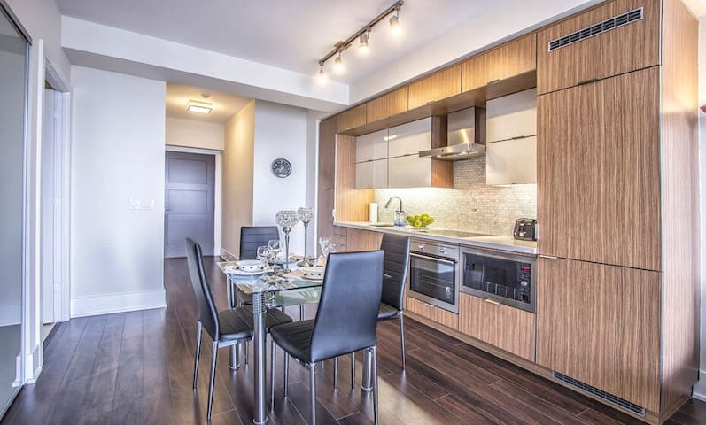 Luxurious 1BD Condo by CN Tower