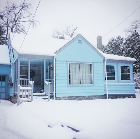Cozy & Eclectic Rambler's Cottage-Apres Ski Ready!