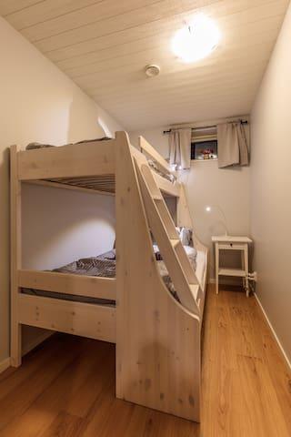 Sovrum nere våningssäng