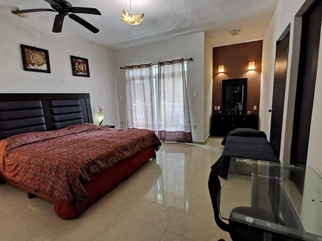 Habitación máster con baño y terraza. Escritorio de trabajo. Cama adicional plegable