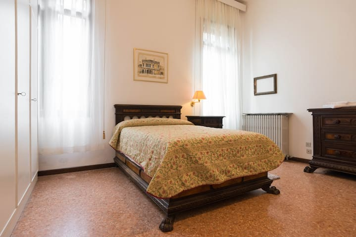 Quadruple Room overlooking the canal with private bathroom (queen size bed)