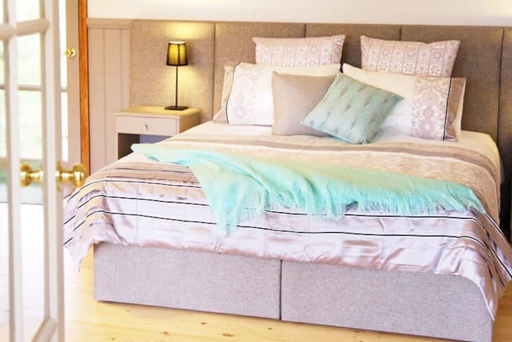 Luxurious king bed with quality linen.