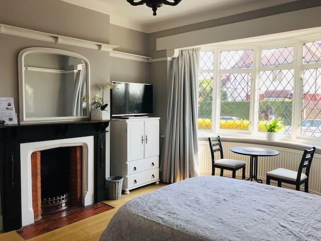 Spacious double bedroom with own WC & kitchenette