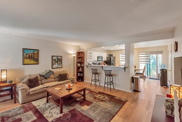 Comfortable 1 bedrm/2 bathrm dog-friendly townhome