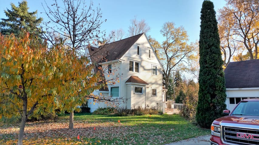 Beautiful Farmhouse Living in the City - Lansing - Rumah
