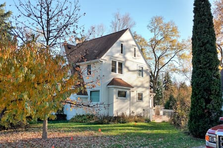 Beautiful Farmhouse Living in the City - Lansing - Casa