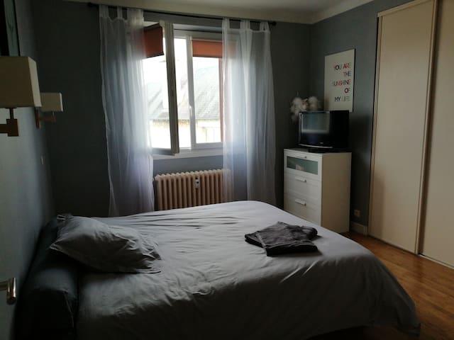 chambre avec lit queen size proche layoule