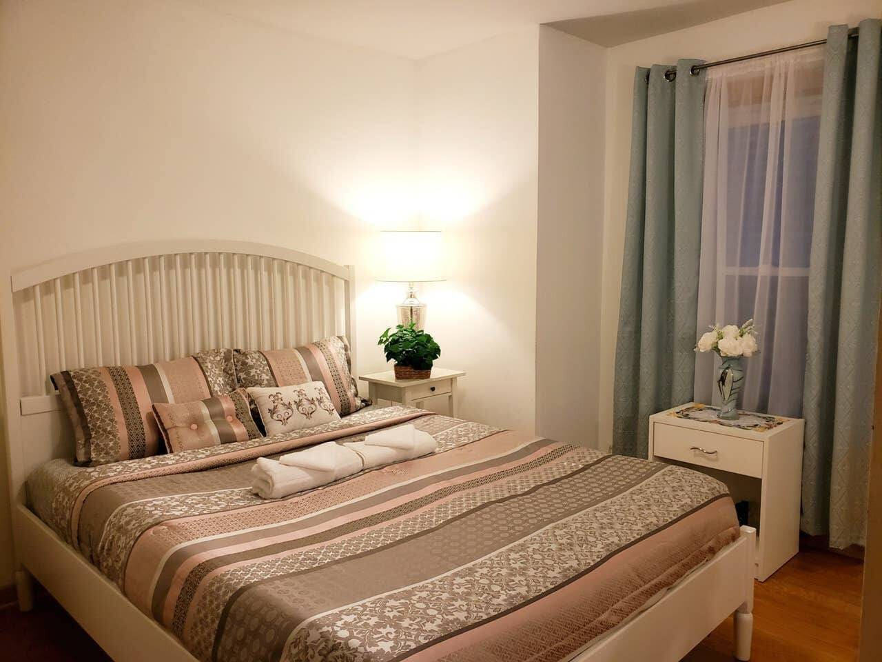This is exactly how you will find your room when you check-in. Bed is queen-sized with GREEN TEA & ALOE memory foam mattress. Fresh linens, towels and washcloths are provided and will be on your bed upon arrival.