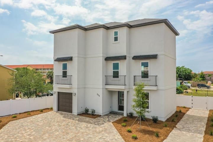 Majestic Brand New 3-Story Home! 8-Mn Walk to Beach & Community Pool Access. Pets Welcomed.