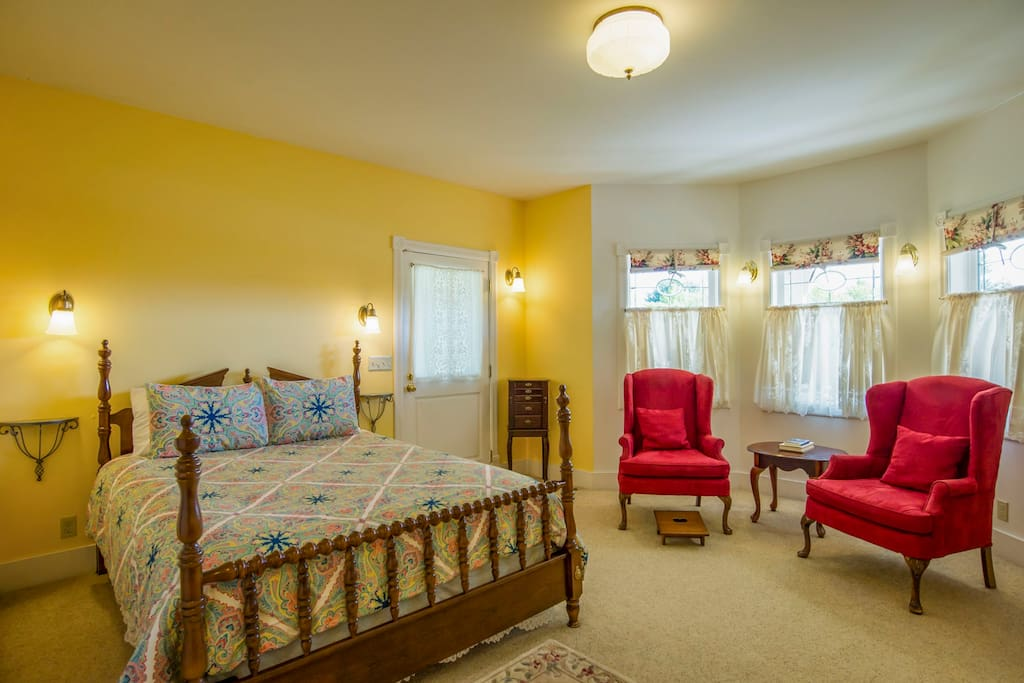 Queen bed, private entry, wraparound porch with private seating area, lots of windows with veiws of the village and  Fisherman's Bay.