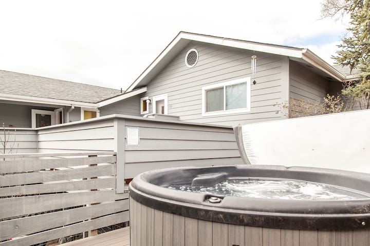 Westside duplex in historic Bend district w/HotTub