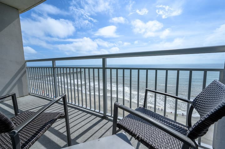⭐Stunning Ocean Front Views with  Jet Tub, Private Balcony,  Modern Decorations!