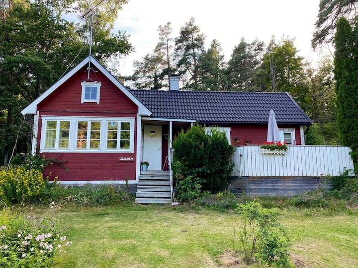 Mysig stuga på sjötomt nära centrala Uppsala