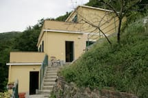 L'ingresso: a sinistra in basso il monolocale, a destra in alto l'abitazione privata