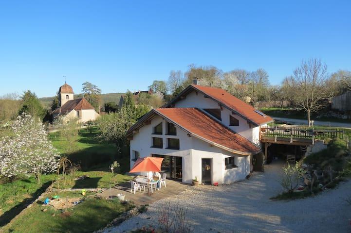 Maison organique et solaire ouverte sur la nature